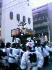 ビル街のなかを御輿が練り歩く。 小伝馬町の「傳」の文字を背中にあしらった、はっぴがカッコいい。