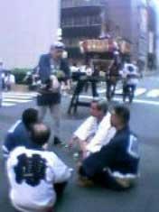 江戸っ子のおやっさんたち。交差点で缶ビール。紺のはっぴを着た人たちが祭りのプロらしく、みんなに尊敬されているようだった。