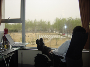 プロジェクトルームの窓で、オレ様な態度のオレ。確かに、日本橋の倉庫事務所とは、ずいぶん環境が違う。