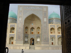 モスク。長方形の壁が掘られたようなデザインが、この地域の建築の特徴