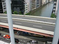 屋上からは、川や首都高が見える