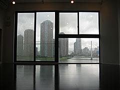 門仲プロジェクト ぶち抜いた壁(窓になっている)からは、こんな風景が
