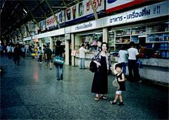 十数年前。バンコクの街角と馬場家。 現在、子どもは中3に成長し、嫁も歳をとった。