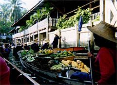 バンコク郊外の水上マーケット