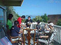 ベランダで朝食。東京R不動産は、こんなメンバーでつくられてます。