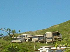 山肌に突き出すように建った、この建築が気になってしかたなかった。