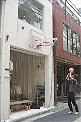 Open Aのオフィス。 ファサードにバスケットリングを取り付けてみました。仕事の合間に、3on3……。