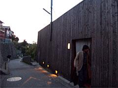 玉響の外観。杉板張の壁でファサードがつくってある。ここが軽鉄アパートだったとは。 名残さえ見つけにくい。