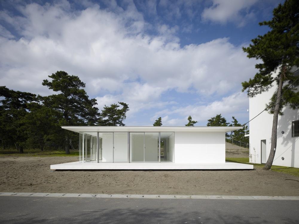 房総の家の外観。海辺の松林に囲まれた砂地に、ポンと置かれるように建っている (C)DAICHI ANO