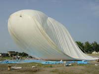 そらとぶくじら:台風の強風で、膜や構造体は破損し、UFOは飛ばなかった。しかし、だからこそこの空飛ぶくじらのような姿が印象に残っている。
