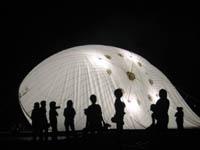 暗闇に光るバルーン:ヘリウムガスを充填する作業は、台風の中徹夜で行われた。「未知との遭遇」のような体験だった。