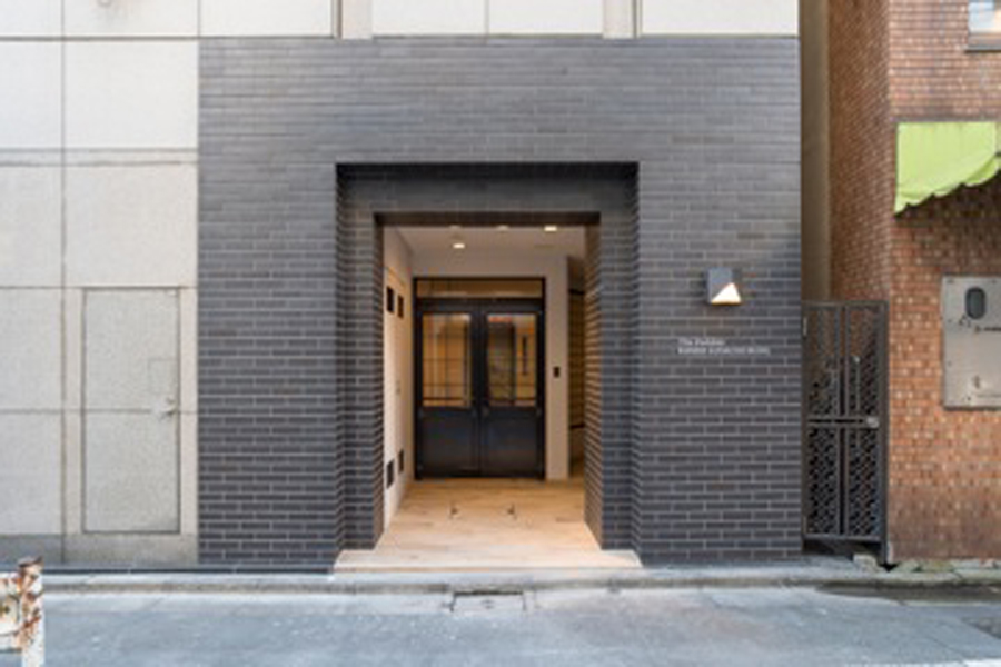 築25年のオフィスビル。エントランス部分もリノベーション し、イメージを刷新した。