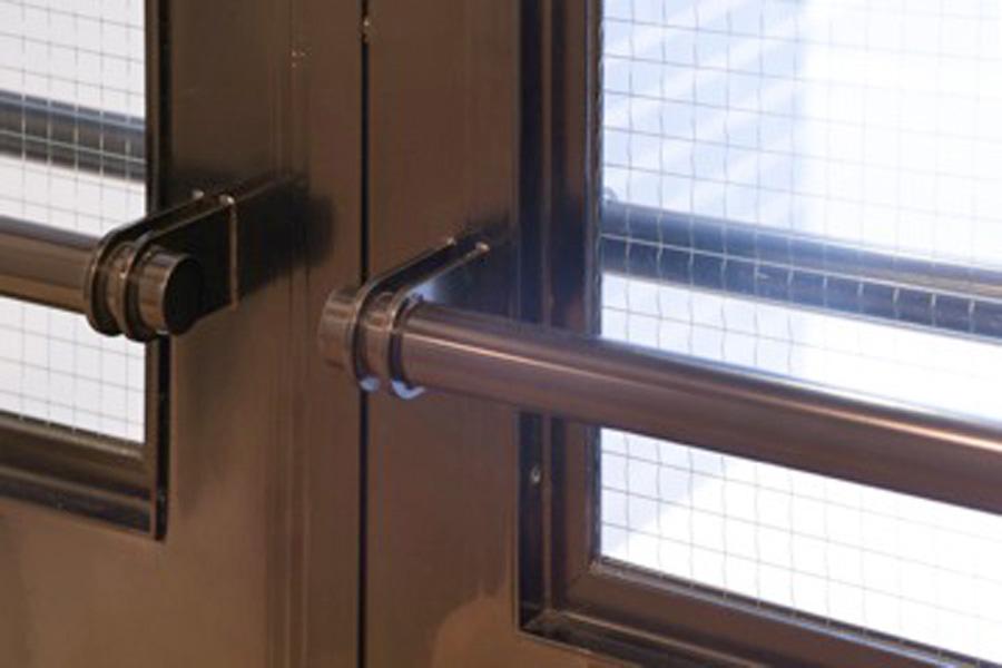 ラウンジと執務室を区切る引戸と開戸は鉄でつくった。無骨で存在感がある。