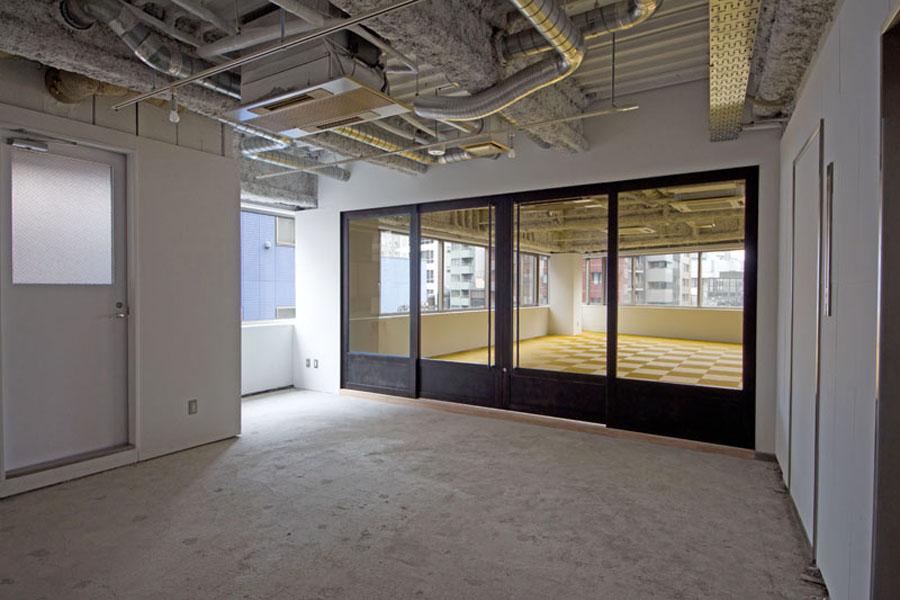 プラン1は間仕切りがガラスの引戸で、開きっぱなしにしておけば一体空間として捉えることもできる。 プラン2は間仕切りが小窓付の壁と無骨な鉄製の開戸なので、エントランスと執務室をしっかり分けたい方に良さそうだ。